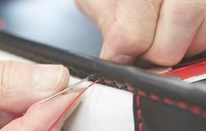 仕上げの手縫いランドセル